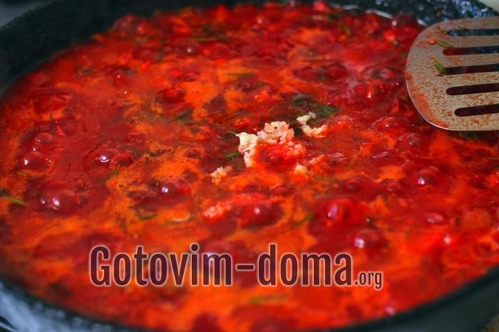 Овощи на борщ без капусты тушатся в сковороде.