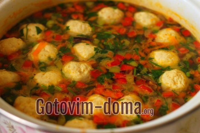 Сладкий болгарский перец разных цветов с петрушкой добавлены в сырный суп