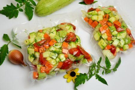 Замороженные овощи для кабачковой икры в вакуумных пакетах.