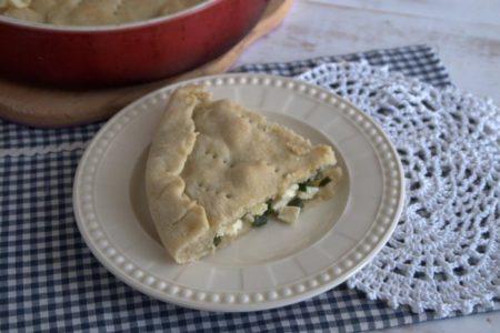 Пирог с адыгейским сыром и зеленым луком.