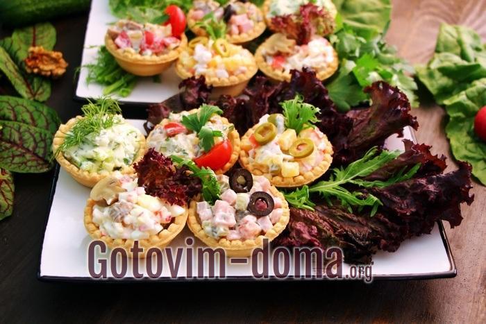 Тарталетнки на праздничный стол с листьями салата.