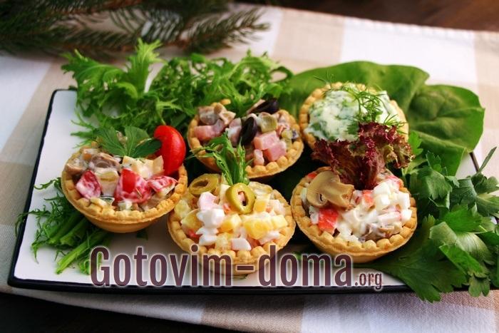 Тарталетки с листьями салата мангольд, фриссе и петрушкой.