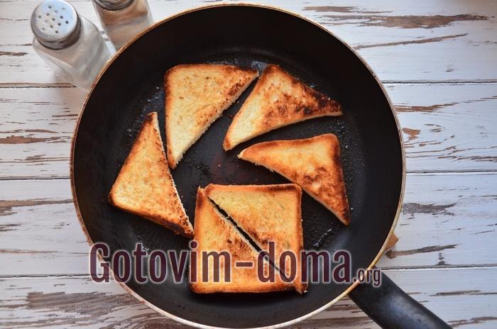 Хлеб для гренок обжаривается на сковороде на масле.