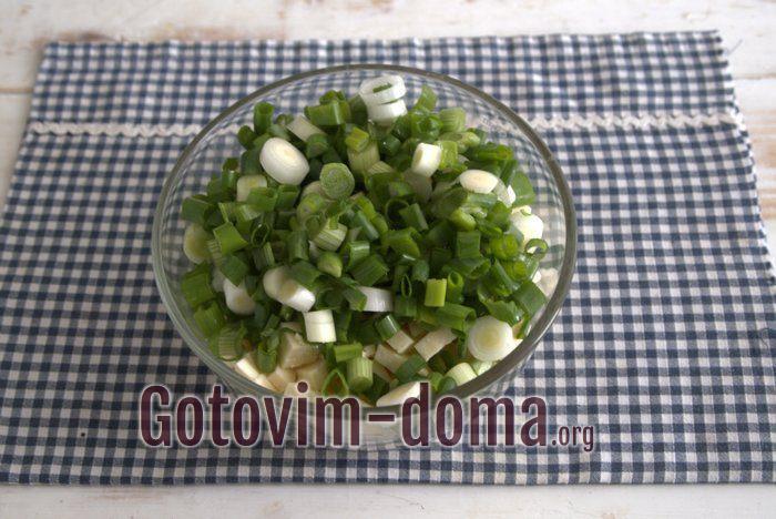 Зеленый лук и сыр кубиками для начинки пирога.