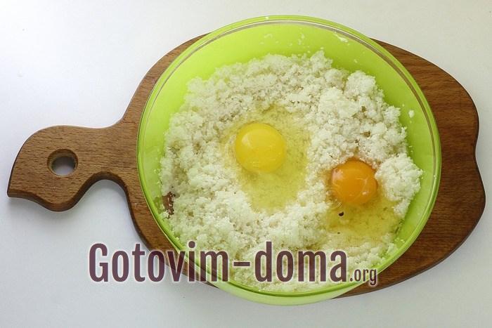 Яйца с капустой в миске.