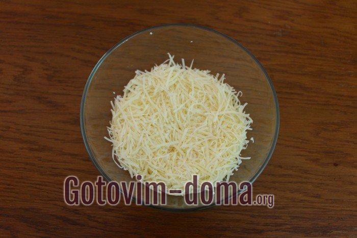 Второй слой салата Мимозы - твердый сыр.