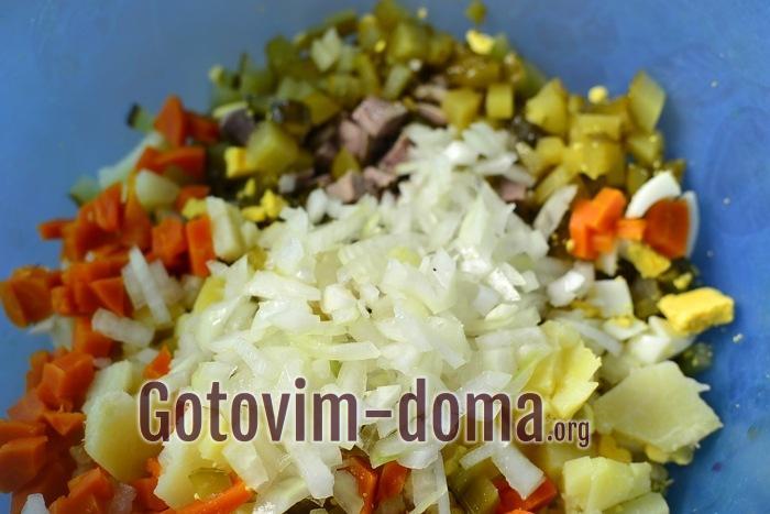 Лук добавлен в салатную смесь.
