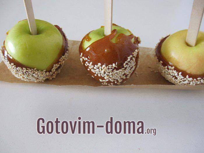 Яблоки в карамели на бумаге.