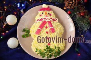 Салат «Снеговичок» с крабовыми палочками.