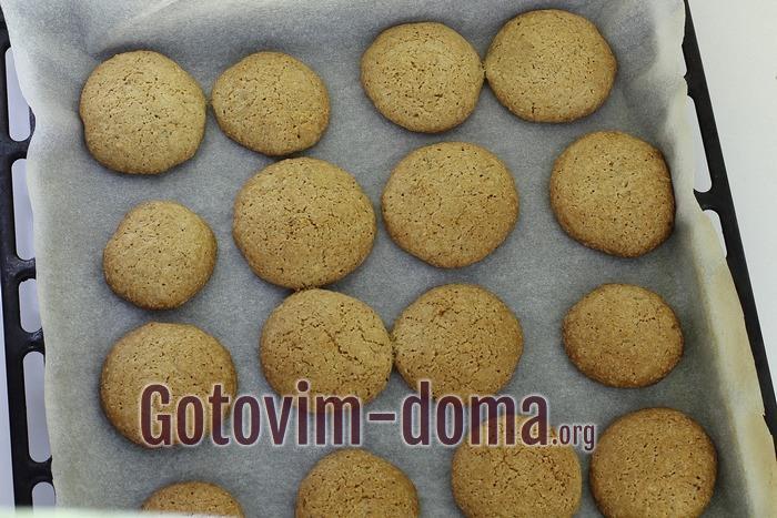 Овсяное печенье с грецкими орехами готово.