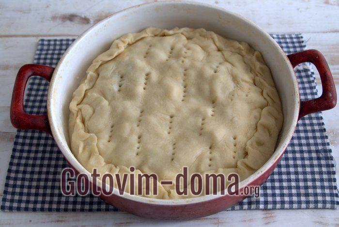 Пирог с сыром и луком в форме для выпечки.