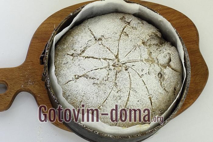 Хлеб в форме припылен мукой.