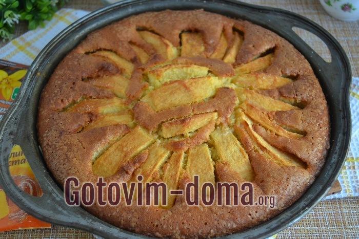 Готовый пирог венский яблочный из духовки.