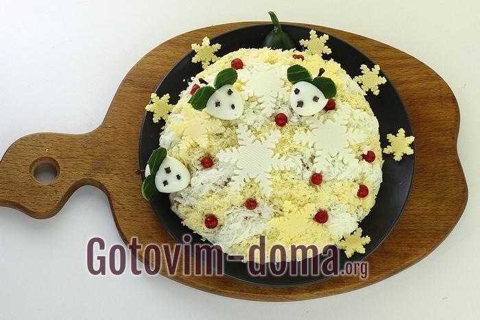Салат украшен мышами.