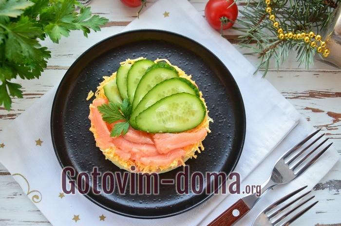 Вкусный слоеный салат с рыбой семгой.
