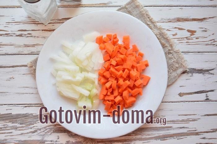 Лук и морковь для куриного супа.