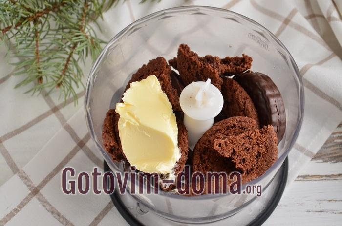 Печенье и масло в чаше блендера.