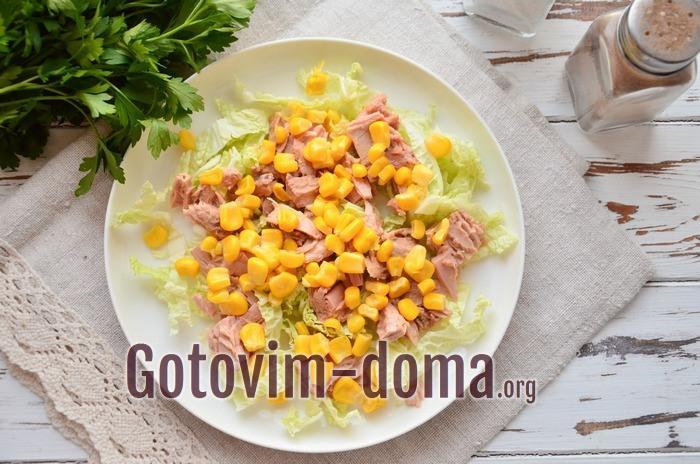 Консервированная кукуруза выложена в салат.
