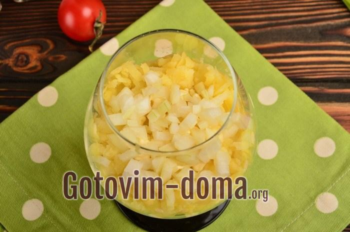 На картофель выложен лук.