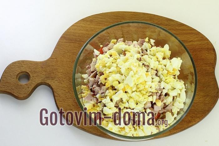 Яйца добавлены в салатник.