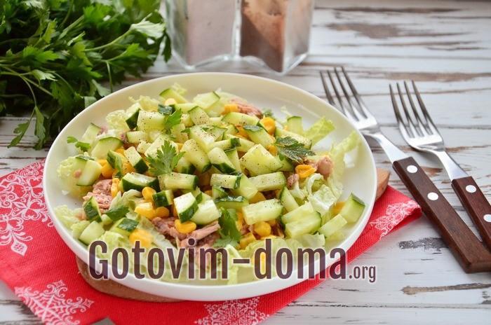 Салат с тунцом, пекинской капустой и кукурузой.