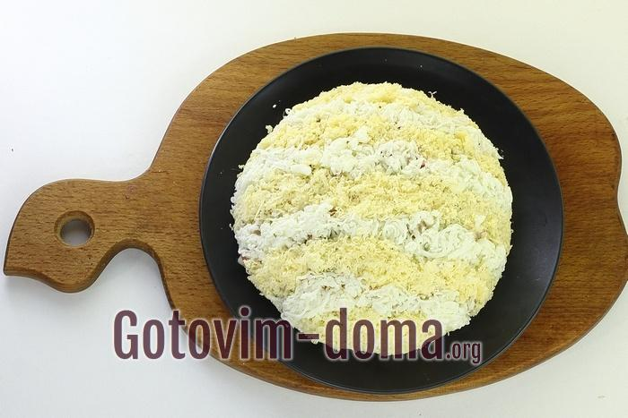 Салат посыпан сыром.