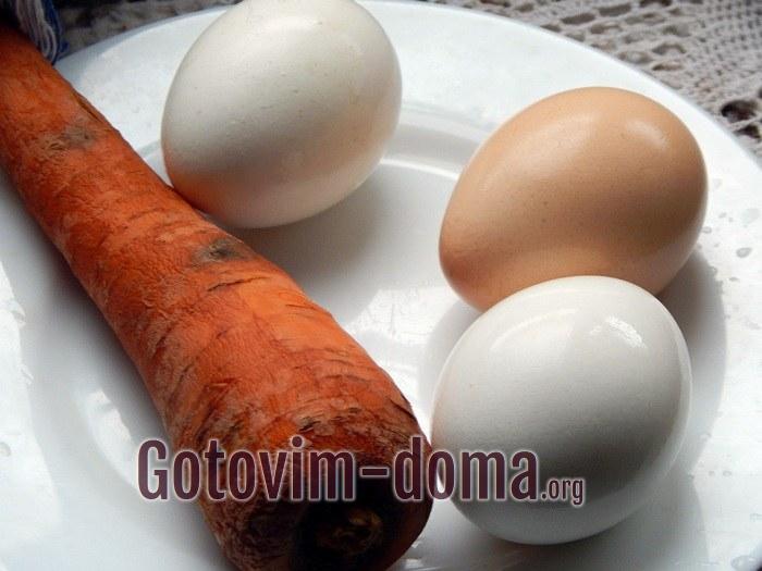 Морковь и яйца для салата.
