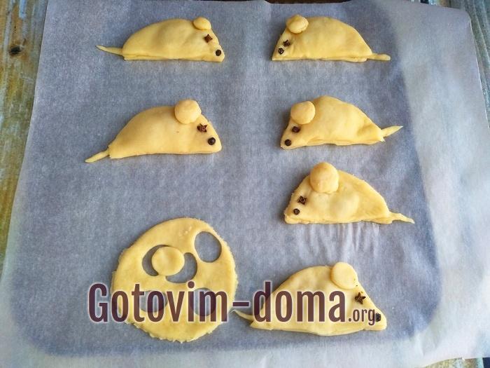 Готовое печенье крысы на листе для запекания.