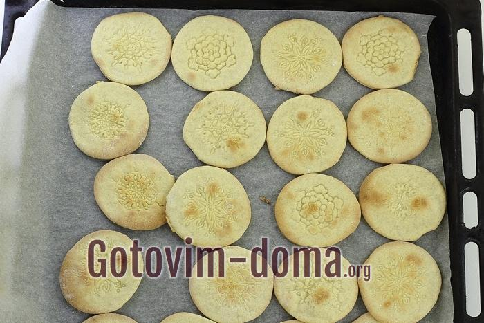 Домашнее галетное печенье готово.