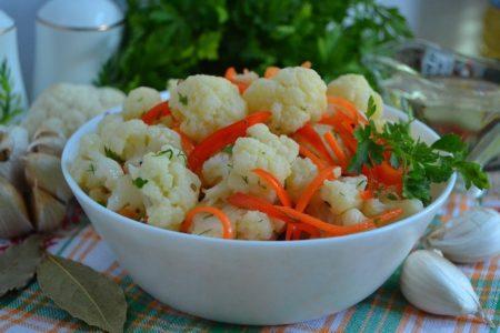 Цветная капуста по-корейски с морковью и сладким перцем.