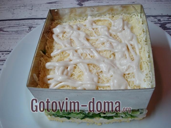 Пятый слой салата - сырный.