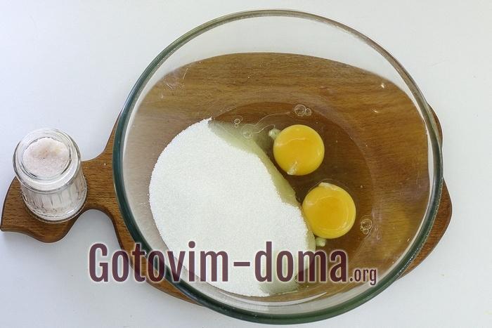 В миске яйца, сахар, соль.