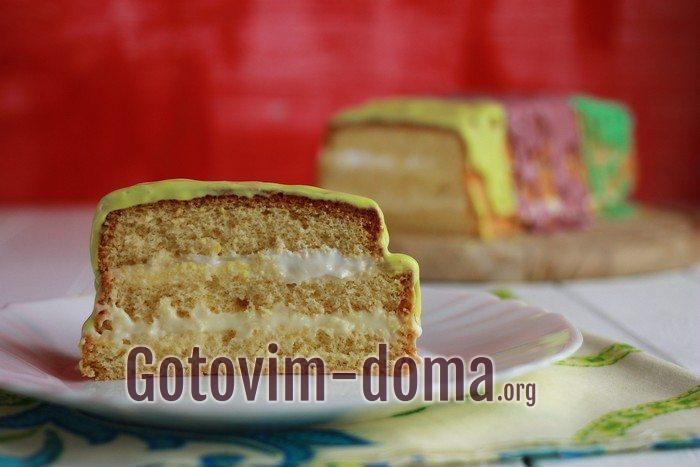 Кусочек бисквитного торта разных цветов.