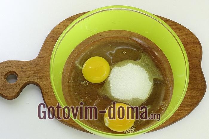 Яйца и сахар в миске.