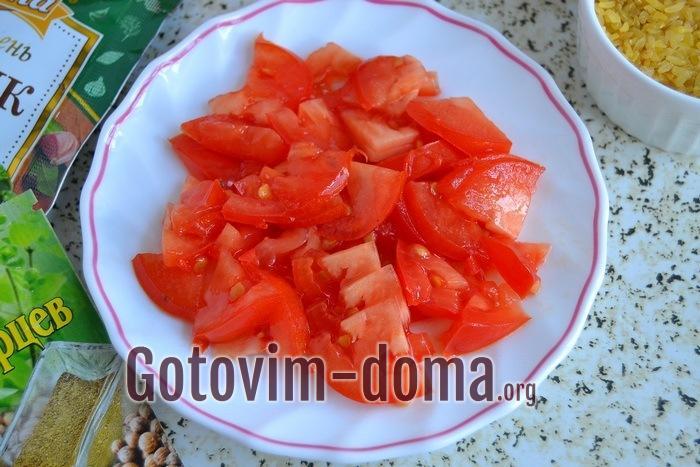 Свежие спелые помидоры тонкими ломтиками.
