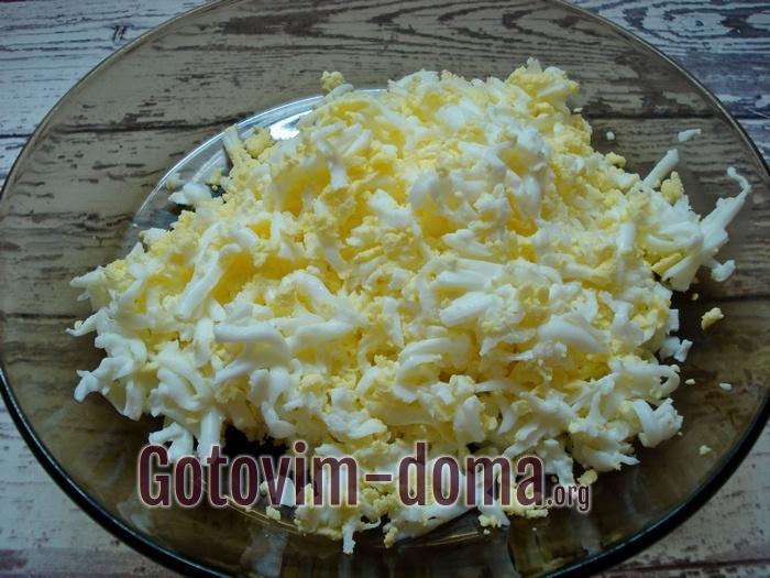 Натертые яйца в тарелке.