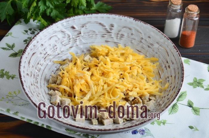 Твердый сыр добавлен в салатник.