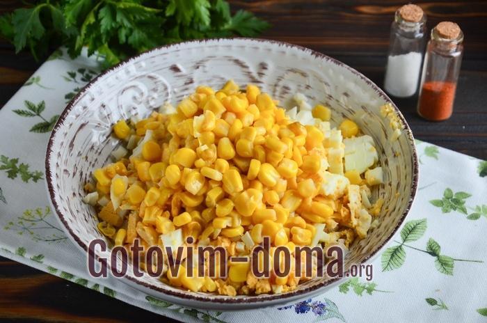 Кукуруза добавлена в салатник.