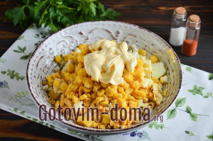 Майонез со специями добавлен в салат.