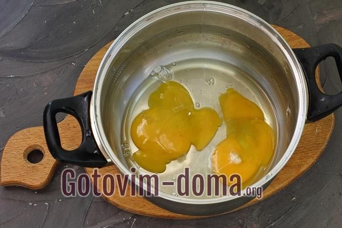 Яйца в кастрюле для выпечки.